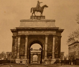 Duke of Wellington arch 1850s from Wikimedia Commons